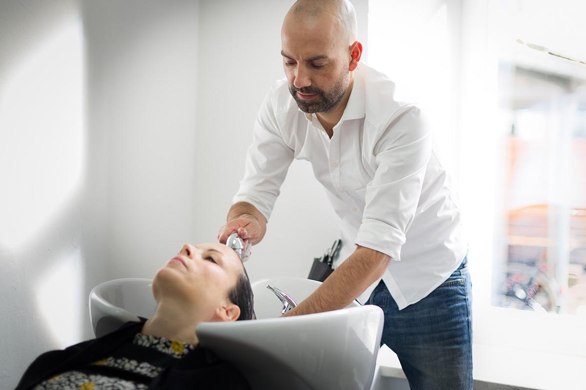 Friseur Arno Mitsch wäscht Haare